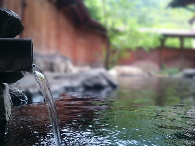 温泉にゆっくり浸かってリラックスすること